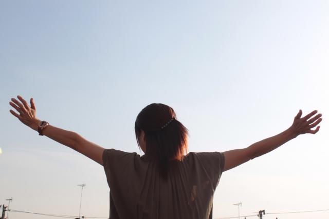 「両手を広げる女性の後ろ姿(写真)」UK留学情報センター