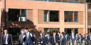「寄宿学校 - Boarding school 大勢の生徒と教師が校舎の前を歩いている様子(写真)」UK留学情報センター