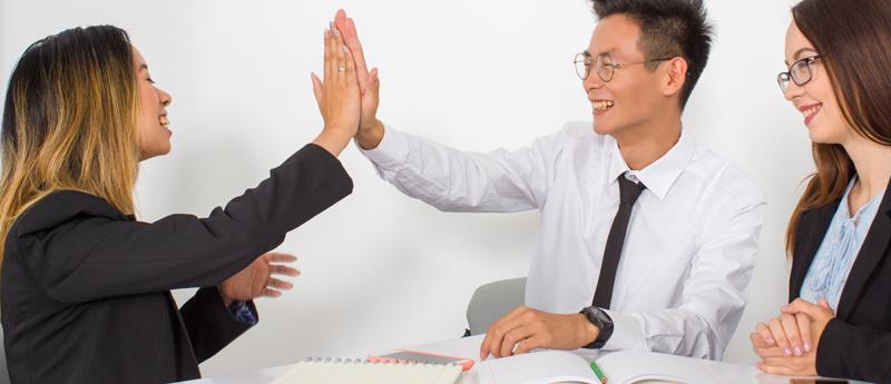 英会話レッスンが盛り上がっている風景「男性講師1名と女性受講者2名」(写真)UK留学情報センター