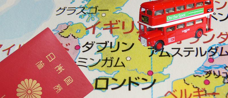 イギリスのイメージ「世界地図(イギリス)とパスポートとロンドンバス模型」(写真)UK留学情報センター