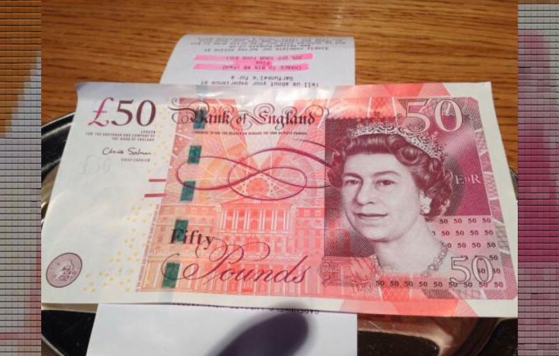 テーブルに置かれた資料と50ポンド紙幣(写真)UK留学情報センター