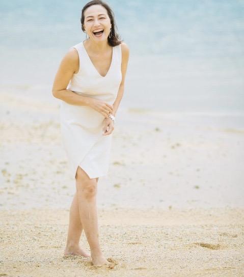 ビーチで笑っている女性 『UK留学情報センター』