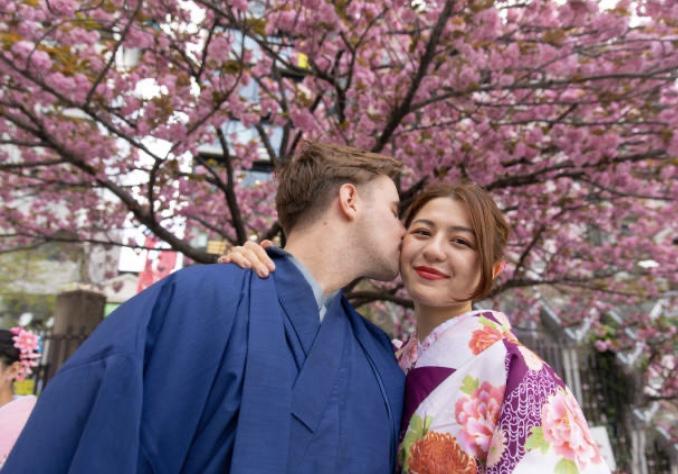 国際恋愛中の男女 桜の前 『UK留学情報センター』