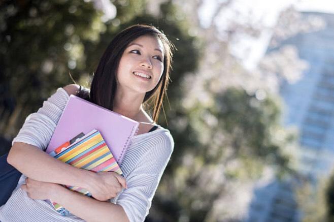 ノートを持っている女性(写真)UK留学情報センター