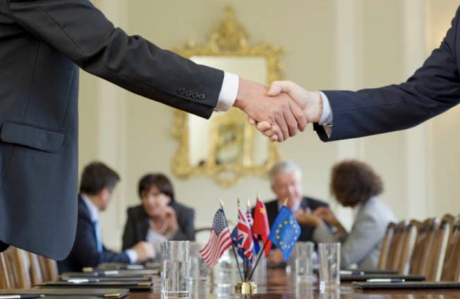 グローバルなミーティングでの握手 UK留学情報センター