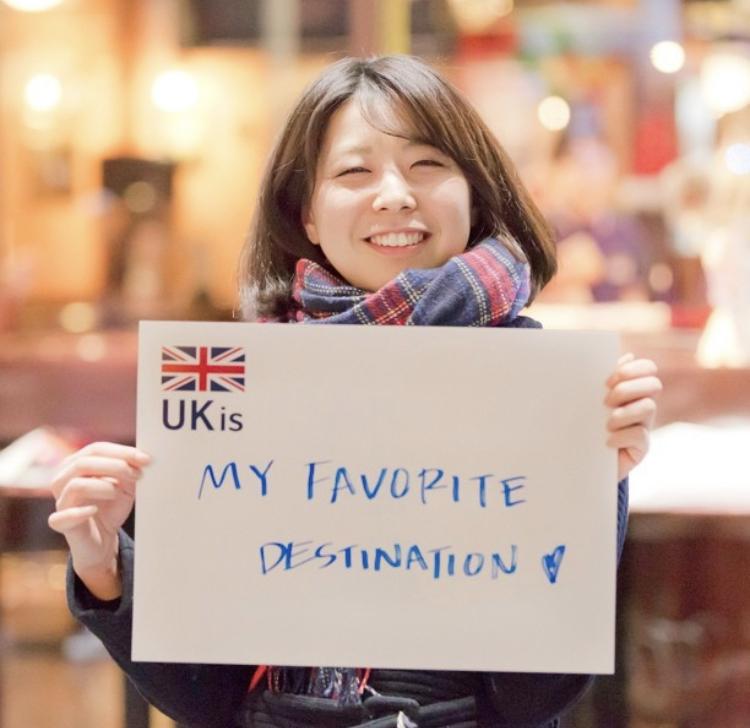 イギリスへ留学したい女の子が夢「UK is My Favorite Destination」を書いた紙を見せている UK留学情報センター