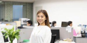 職場で働く女性 UK留学情報センター