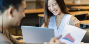 インターンで働いている女性 UK情報留学情報センター