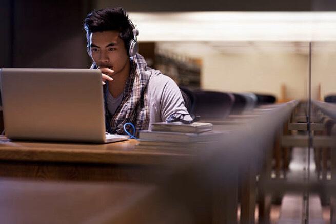 パソコンに向かってる男性