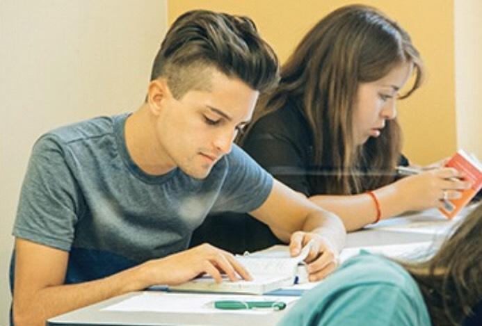 勉強をしている留学生