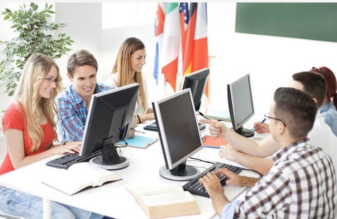 パソコンに向かっている男女
