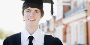 高校卒業式に出る男性