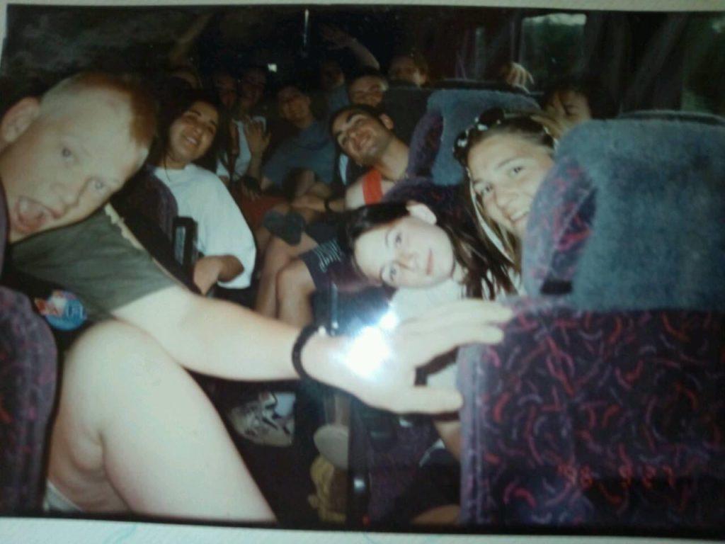 学生のバスでの集合写真