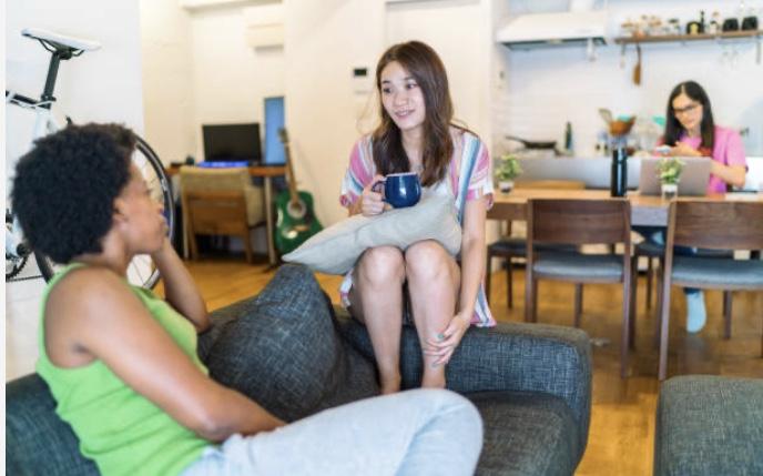 部屋で話す女性二人