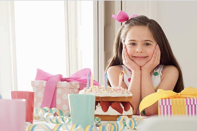 プレゼントとケーキと女の子