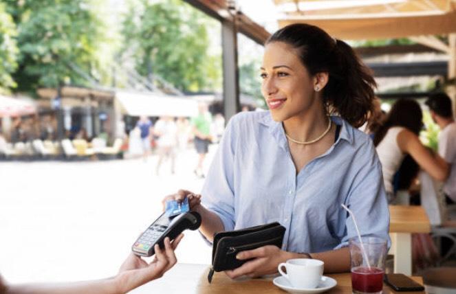 カードで支払いをしている女性