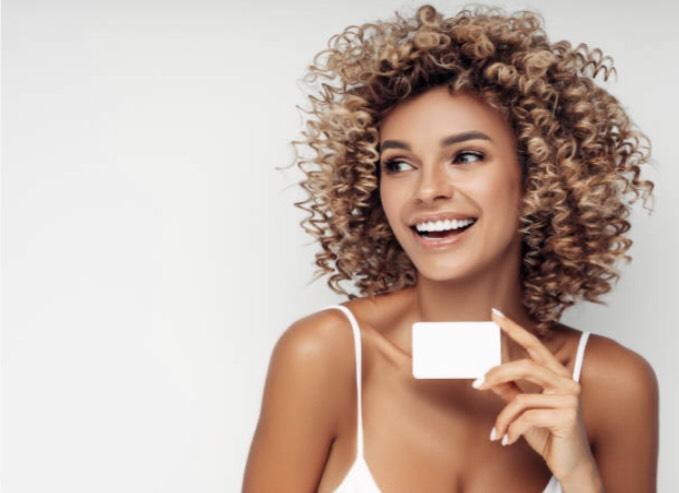 カードを持っている外国人女性