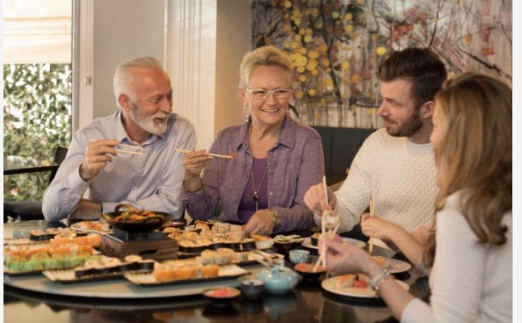 日本食を食べる外国人