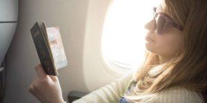 パスポートを見ている女性