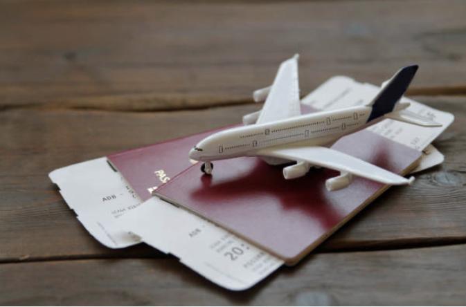 飛行機模型とパスポート